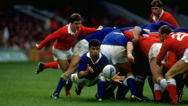 Matthew Vaea passes the ball during Western Samoa's win over Wales at the 1991 Rugby World Cup. Photograph: Simon Bruty/Allsport