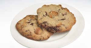 On average the dieters in the study managed to slash about  300 calories a day, the amount in a  a few chocolate chip cookies. Photograph: Tony Cenicola/The New York Times