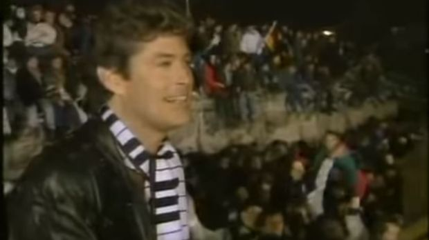The Hoff sings at the Berlin Wall in 1989