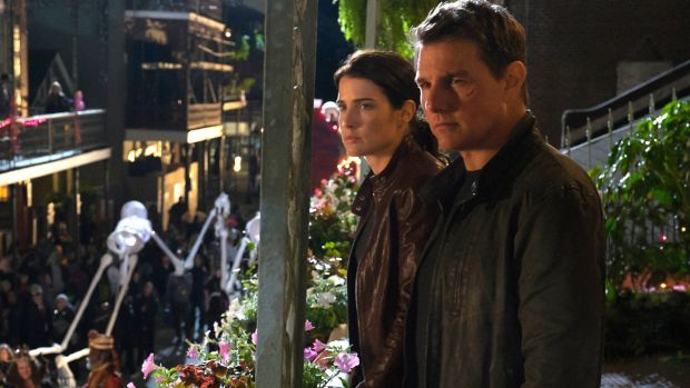 Cobie Smulders and Tom Cruise in Jack Reacher: Never Go Back