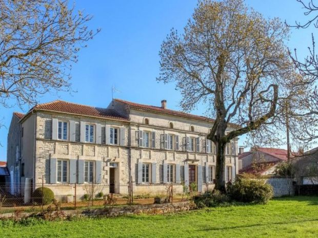 France: grand five-bedroom home, plus barn and other outbuildings, near Surgères