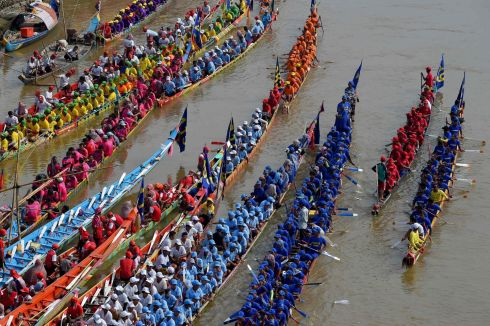 KHMERS BLEUS: Participants prepare for a dragon boat race during the annual Water Festival on the Tonle Sap river in Phnom Penh, Cambodia. Photograph: Tang Chhin Sothy/AFP/Getty