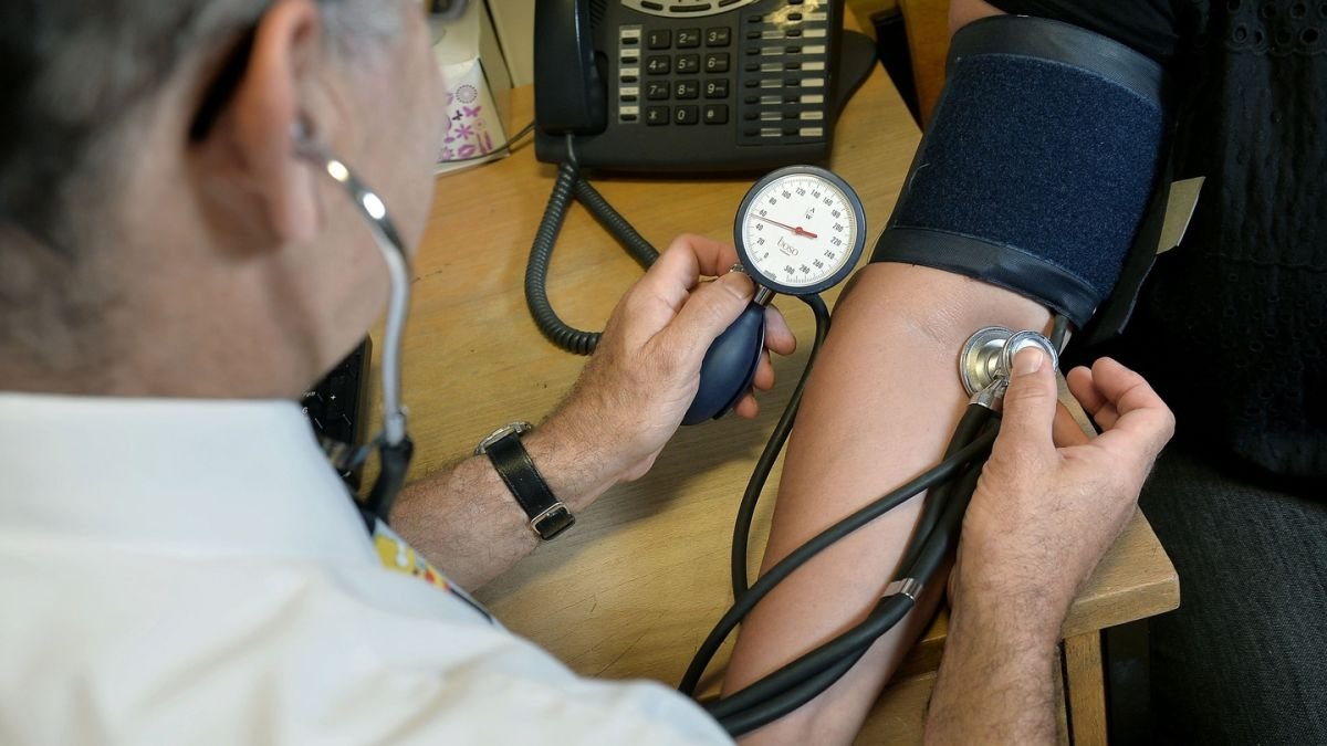Taoiseach says Government will end lower pay for doctors who treat only public patients