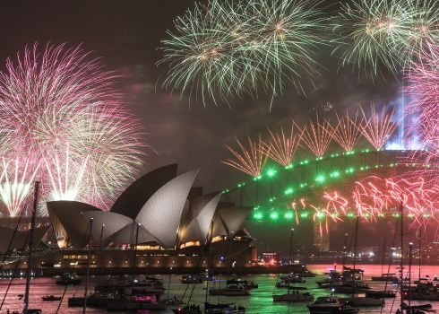 Sydney: Fireworks explode over the Sydney Harbour Bridge and the Sydney Opera House in the midnight display during New Year's Eve celebrations on January 1, 2020.  Photo : James Gourley/Getty Images