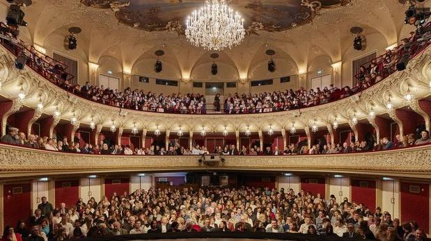 Un public attend le début de Faust, au Salzburg State Theatre en Autriche, photographie: Andreas Meichsner / The New York Times