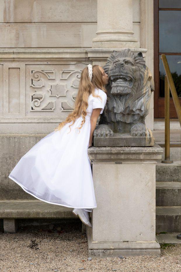 Sophia: Robe, 330 €, Célébrations; serre-tête, 84 €, Alice + Blair; chaussures en satin blanc, 45 €, Rainbow Club