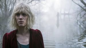 Mackenzie Davis in contemporary horror mode as Kate Mandell in The Turning