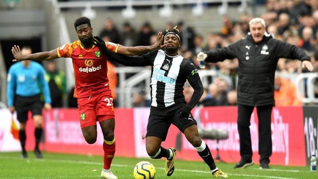 Allan Saint-Maximin of Newcastle United is challenged by Alexander Tettey. Photo: Mark Runnacles/Getty Images