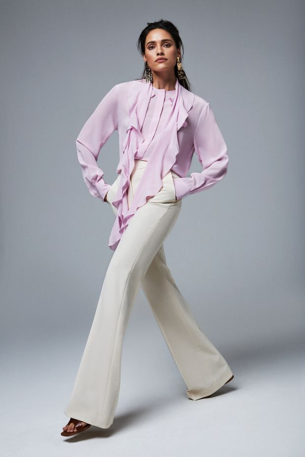 70s elegance: Pink ruffled blouse € 690 Victoria Beckham, cream flared trousers € 385 Victoria Beckham, tan sandals € 135 Carvela, gold drop earrings € 270 MaxMara
