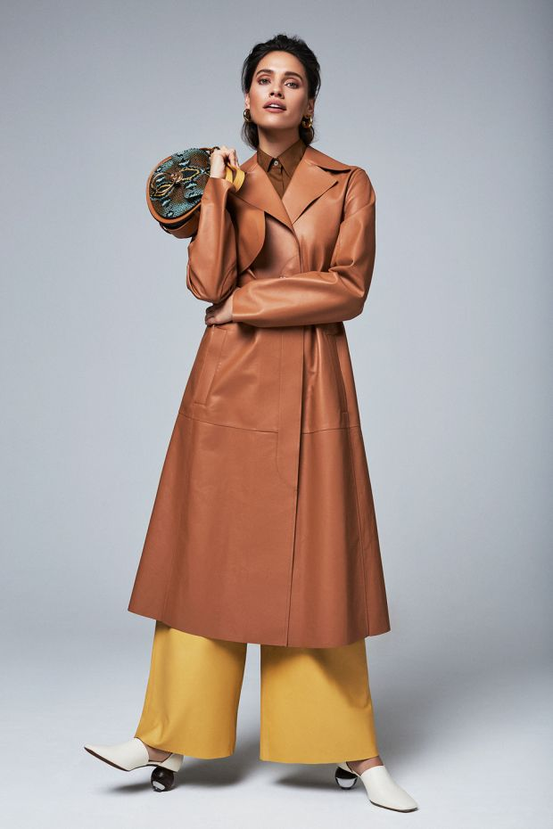 How to wear luxe leathers: tan leather trench Sportsmax € 2,245, tobacco silk shirt Vince € 225, mustard yellow leather trousers, Remain € 330, hoop earrings € 50 Kenneth Jay Lane, python bag Chloe € 1,590