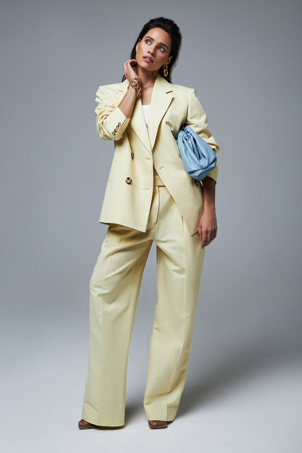 How to do tailored: Lemon linen blazer € 300 Remain, white ribbed vest € 75 Dries Van Noten, lemon linen trousers € 160 Remain, blue leather clutch € 2,100 Bottega Veneta, chain link bracelet € 95 Kenneth Jay Lane, chain link earrings € 100 Kenneth Jay Lane, nude mesh shoes € 690 Bottega Veneta