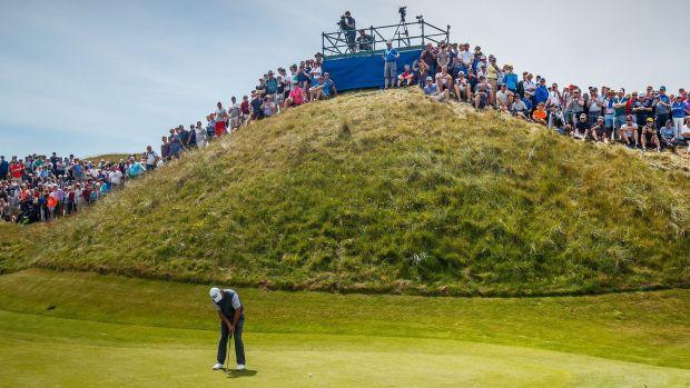 Pádraig Harrington mettant sur le Dell, le célèbre aveugle par-trois au Lahinch Golf Club lors du Dubai Duty Free Irish Open de l'été dernier. Photographie: Oisín Keniry / Inpho