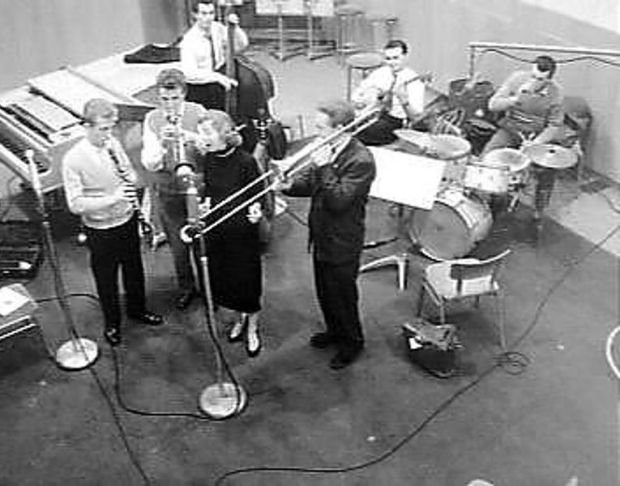 Pat Halcox (trumpet); Chris Barber (trombone); Monty Sunshine (clarinet); Eddie Smith (banjo); Dick Smith (bass); Ron Bowden (drums); Ottilie Patterson (vocals) in studio on February 14th, 1957. Photograph: Nationaal Archief the Netherlands/ Public Domain