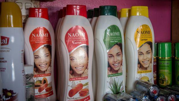 «Naomi: lotion ultra éclaircissante» est disponible en saveur de carotte, d'aloe vera, de papaye ou de citron, et vient d'Inde. Photographie: Sally Hayden