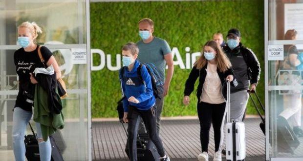 A dublini repülőtérre a hónap elején érkező utasok. Dr. Gabriel Scally közegészségügyi szakértő szerint a nemzetközi utazást jelenleg nem szabad ösztönözni. Fénykép: Colin Keegan / Collins Dublin