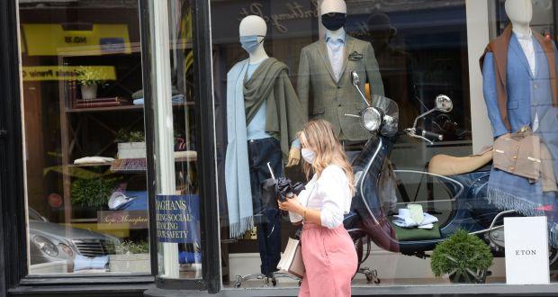 Maszkban viselt próbababák a Monaghans ablakában, a dublini Anne utcában, ezen a héten. Fénykép: Alan Betson / Az Irish Times