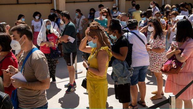 Los profesores hacen cola para realizar la prueba Covid-19 en un punto de prueba improvisado en el Instituto Virgen de la Paloma de Madrid el 2 de septiembre.  Fotografía: Pablo Blazquez Dominguez / Getty Images