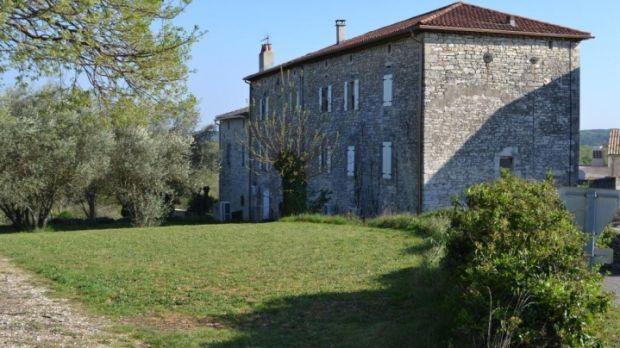 Ez a francia ingatlan egy hektár harmadán fekszik.