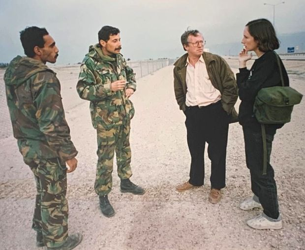 Robert Fisk and Lara Marlowe with defeated Iraqi soldiers in southern Iraq in February 1991