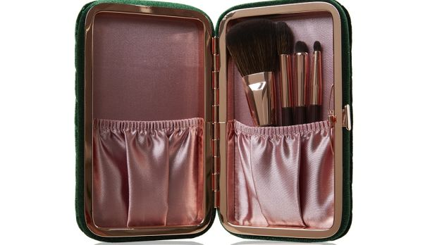 Charlotte Tilbury Charlotte's Hollywood mini brush set (€60) is beautiful and looks like an old-fashioned cigarette case in green velvet.