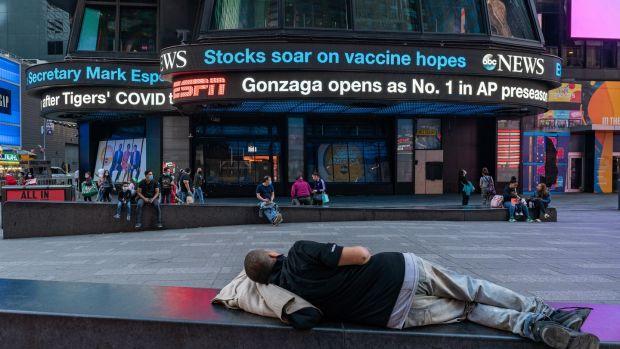 """Egy elektronikus óriásplakát a New York-i Times Square-en november 9-én jelenti be az """"oltóanyag-reményekkel kapcsolatos szárnyalást"""", miután a Pfizer pozitív eredményeket jelentett be vakcinakísérleteiben. Fotó: David Dee Delgado / Getty Images"""