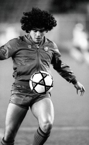 Diego Maradona warms up for Barcelona in 1982. Photo: JOEL ROBINE/AFP via Getty Images)
