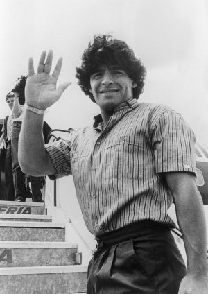 Diego Maradona arrives in Rome from Barcelona, before being transferred to Napoli. Photo: /AFP via Getty Images)