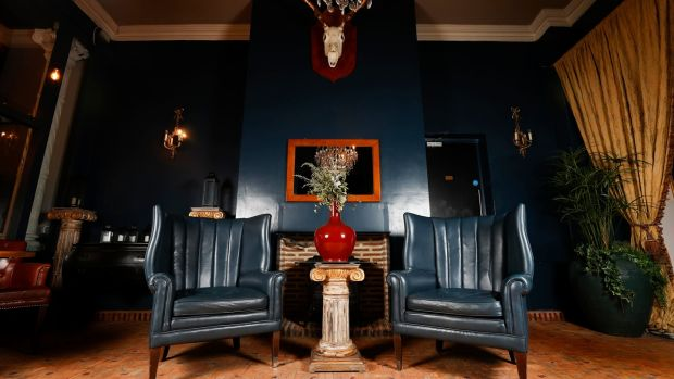 A pair of navy leather armchairs (€600-€800).