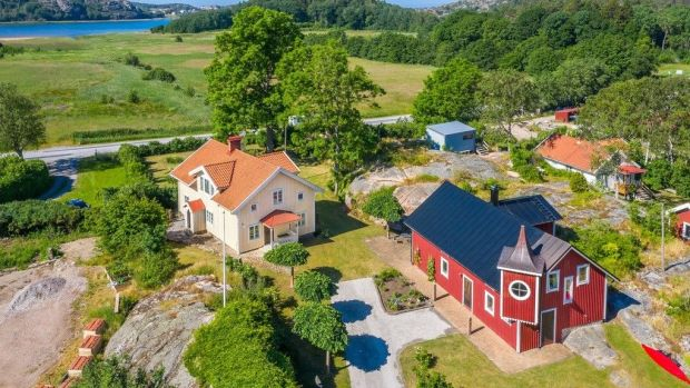These two picturesque cottages are located near the coastal town of Gerlesborg in Sweden
