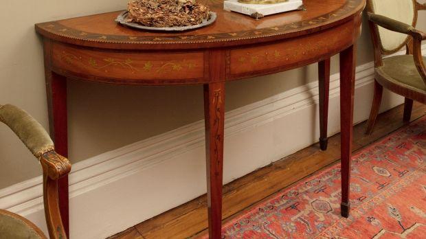 Irish George III inlaid satinwood semi-elliptical table in the manner of WIlliam Moore, €5,000–€8,000