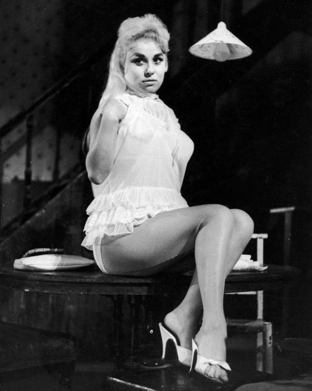 Barbara Windsor Windsor en el musical del West End de Lionel Bart, Fings Ain't Wot They Used T'Be.  Fotografía: Keystone / Getty Images