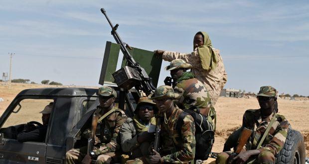 Soldații nigerieni patrulează în afara aeroportului Diffa din sud-estul Nigerului, lângă granița nigeriană. Fotografie fișier: Issouf Sanogo / AFP prin Getty Images