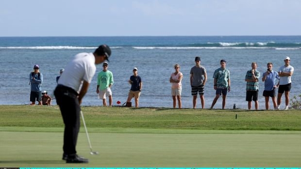 Kevin Na putts on the 17th green during the final round of the Sony Open in Hawaii. Photo: Gregory Shamus/Getty Images