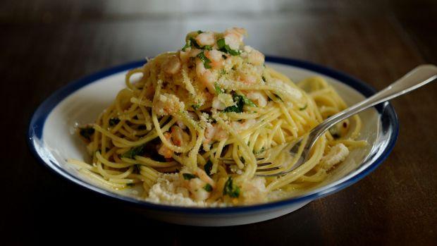 Spaghetti, gamberi tritati, aglio fritto e peperoncino.  Foto: Alan Betson
