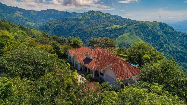 Tento dům se třemi ložnicemi se nachází na vrcholu hory.