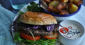 Smash burgers with home fries and kimchi mayonnaise: delicious and simple to make