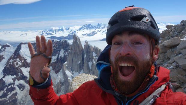 Sean Villanueva Audiscoll en la cima del Cerro Fitz Roy, la montaña más alta de la región patagónica de América del Sur.