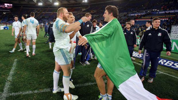 L'italiano Leonardo Graldini celebra la sua vittoria sulla Francia nel 2013 con Giovampattista Wenditti.  Foto: Don Sheridan / Info
