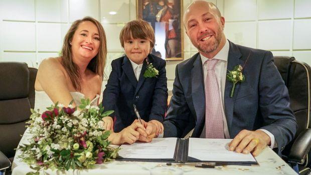 Nouveaux mariés: Marie Ryan et Neil Ferguson, avec leur fils Jamie (4 ans), signent le registre au bureau d'enregistrement de Dublin. Photographie: Enda O'Dowd