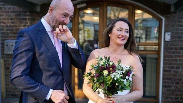 Neil Ferguson et Marie Ryan le jour de leur mariage au bureau d'enregistrement de Dublin. Photographie: Enda O'Dowd