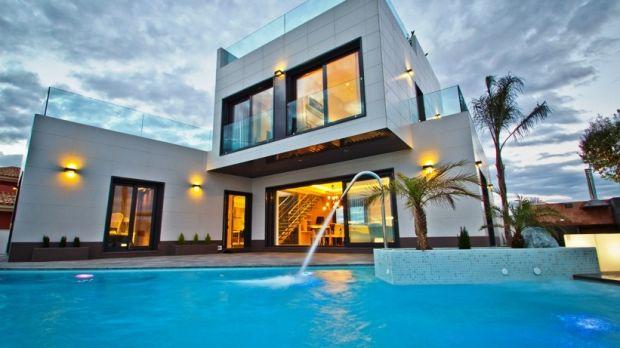 Vila cu trei dormitoare este la 400 m de plajă și la 45 de minute de Aeroportul din Alicante.