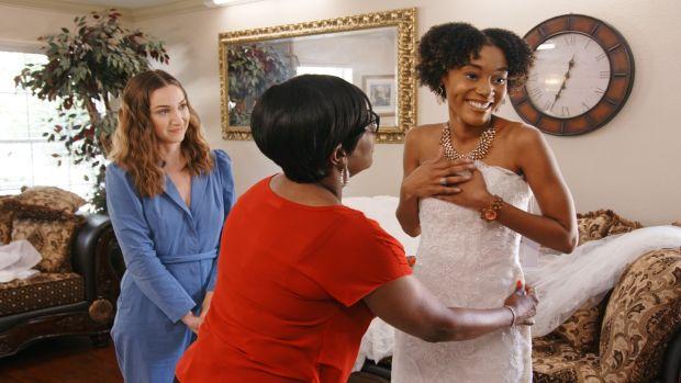 The Wedding Coach: Season 1. (L-R) Jamie Lee (host) and Savannah with family. c. Courtesy of Netflix © 2021