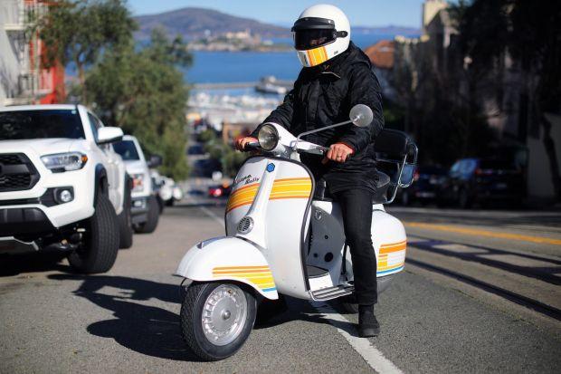 A San Francisco, Danny Montoya ha utilizzato un kit scooter inverso per trasformare la sua Vespa rally del 1973 in 180.  Foto: Jim Wilson / New York Times