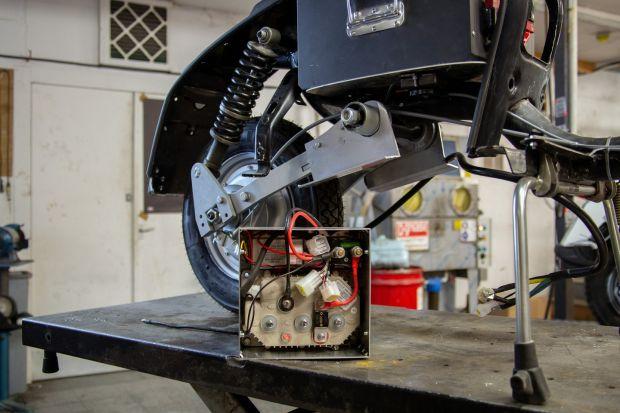 Scatola di controllo per un nuovo scooter elettrico.  Foto: Sophie Stafford / New York Times