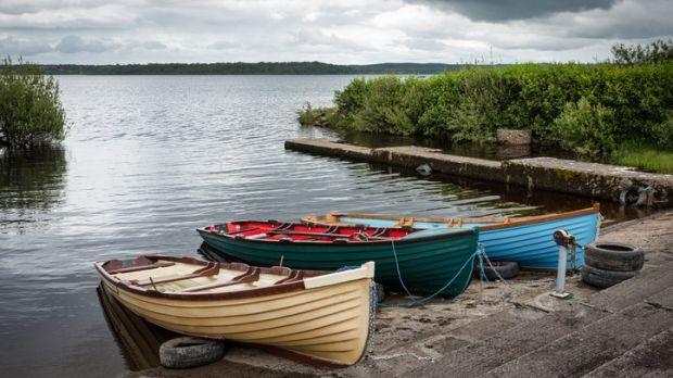 Barques en bois dans une petite marina sur le lac Melvin à Co Leitrim.