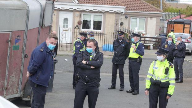 Gardaí arrive à Burton Park, Leopardstown à Dublin cet après-midi. Photographie: Colin Keegan, Collins Dublin