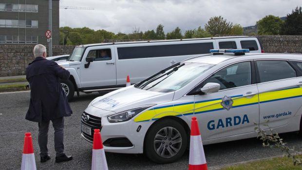 Une limousine arrive alors que les gardes et les entrepreneurs retirent le chapiteau de mariage à Burton Park, Leopardstown cet après-midi. Photographie: Colin Keegan, Collins Dublin