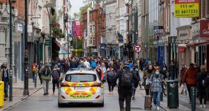 A forgalmas Grafton Street vasárnap, amikor újra megnyílnak az üzletek.  Fotó: Tom Honan / The Irish Times.