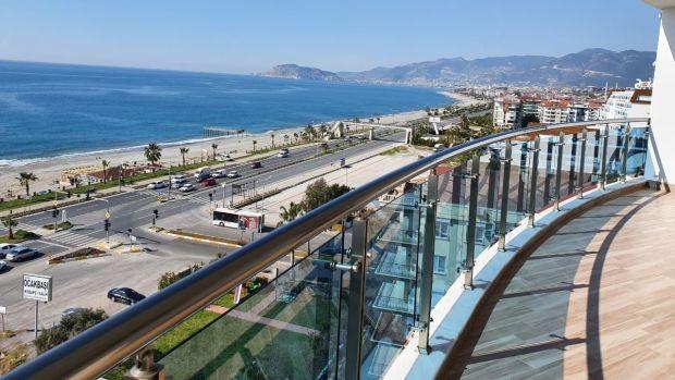 Este apartamento del octavo piso en Mahmudler tiene vistas despejadas al mar.