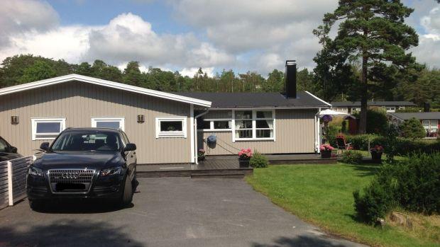 Esta casa de campo de tres dormitorios en Suecia tiene vistas a las conexiones con el campo de golf de Stromstad.